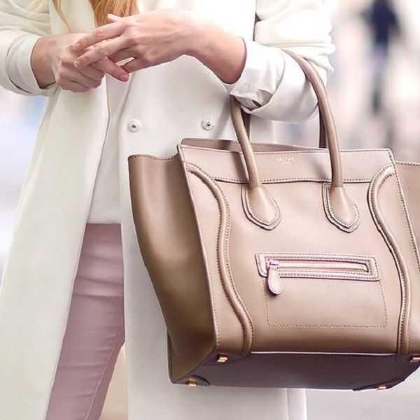 588d12a7c221 Как и многие другие крупные бренды, Celine имеет производственную линию  одежды, обуви, сумок, кошельков, солнцезащитных очков и аксессуаров.
